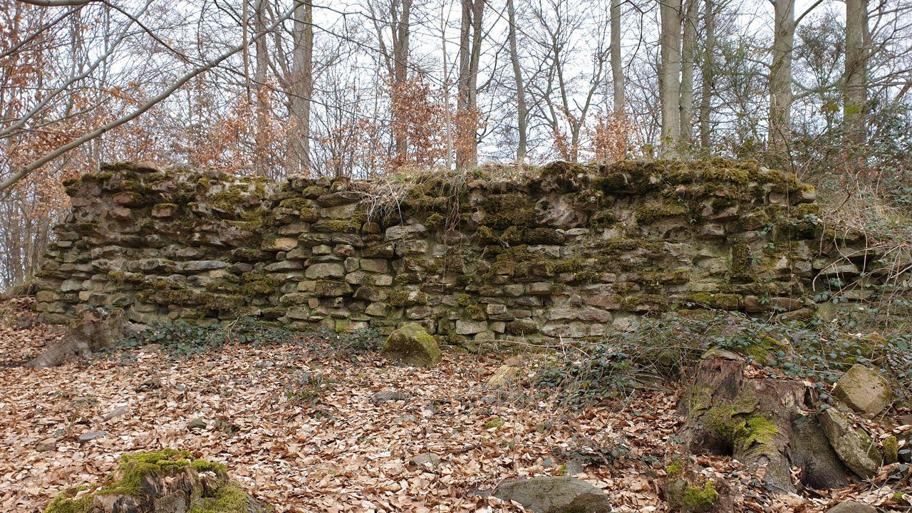 Restaurierte Reste der Ringmauer des Beerfurther Schlösschens.